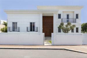 בית מעוצב בסגנון קלאסי מינימליסטי באור עקיבא